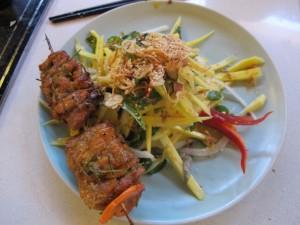 My main dish, chicken satay and green mango salad / Mon plat principal, brochette de poulet mariné aux épices et salade de mangue verte