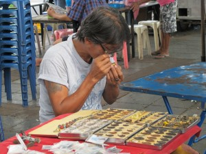 Vendeur d'amulettes en action / Amulet seller in action
